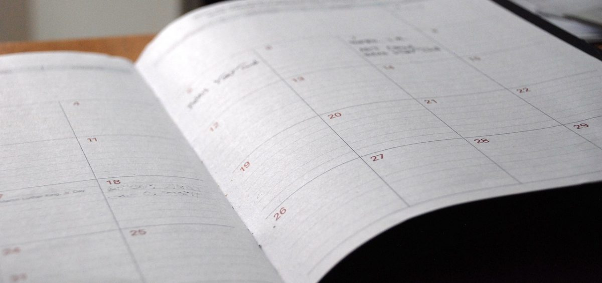 What are the tips for staying organized on a moving day?